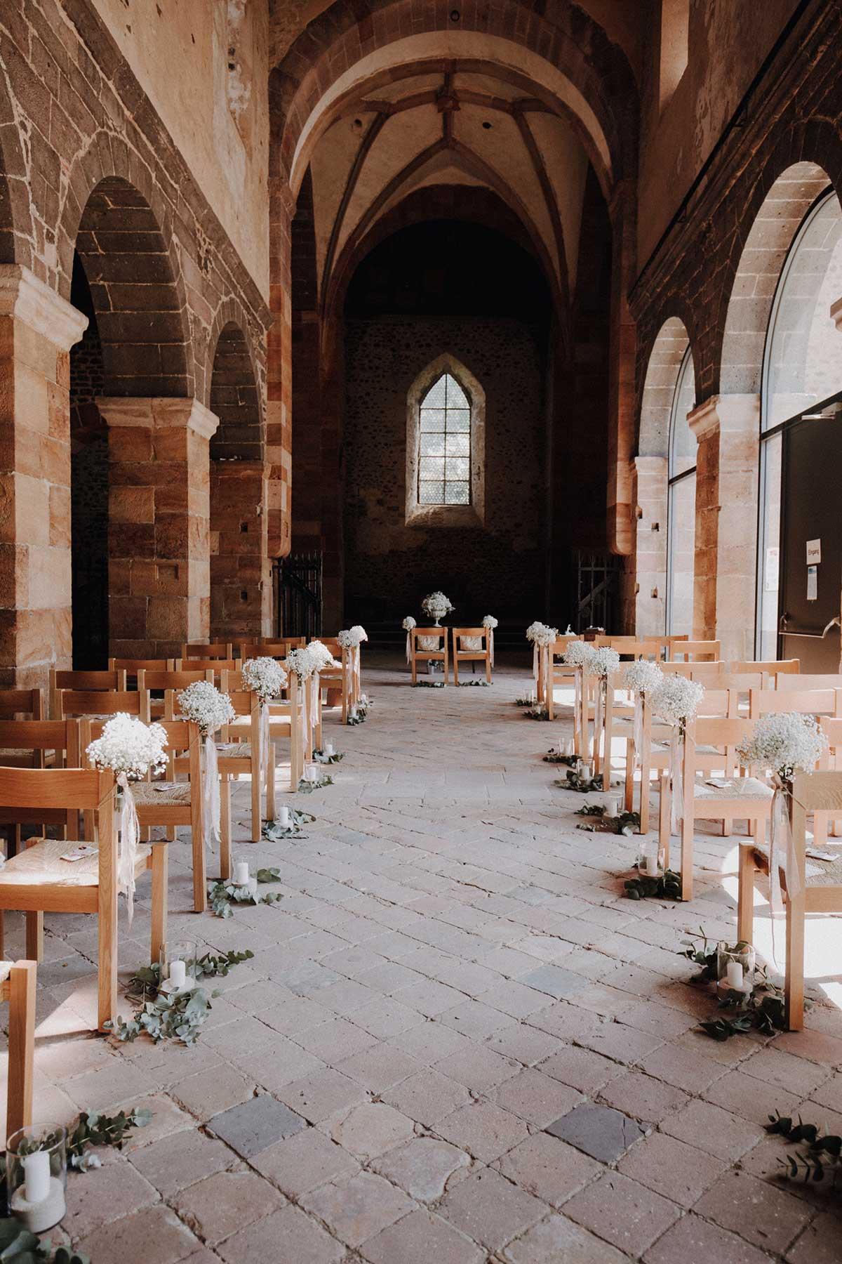 Dekoration mit Schleierkraut bei der kirchlichen Hochzeit