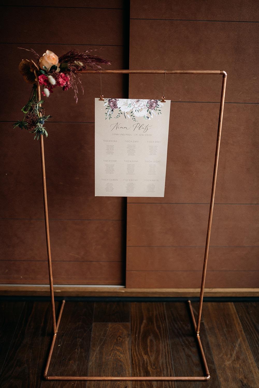 Gedruckter Sitzplan bei der Hochzeit an einem Gestell aus Kupferrohren