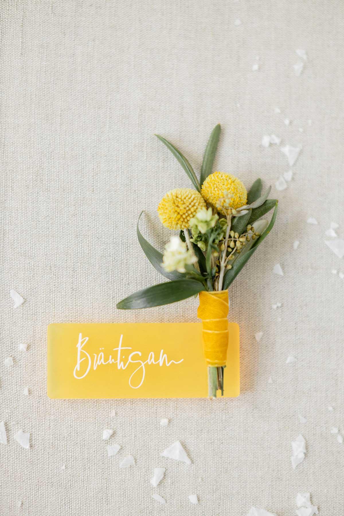 Ansteckblume in Gelb und Weiß vom Bräutigam