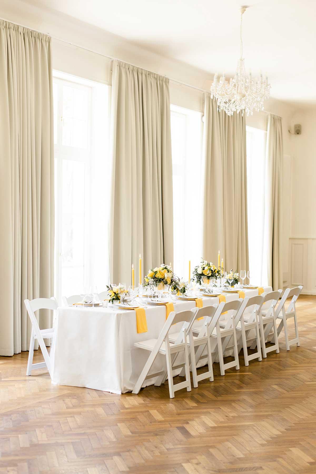 Tischdeko bei der Hochzeit in Gelb und Weiß