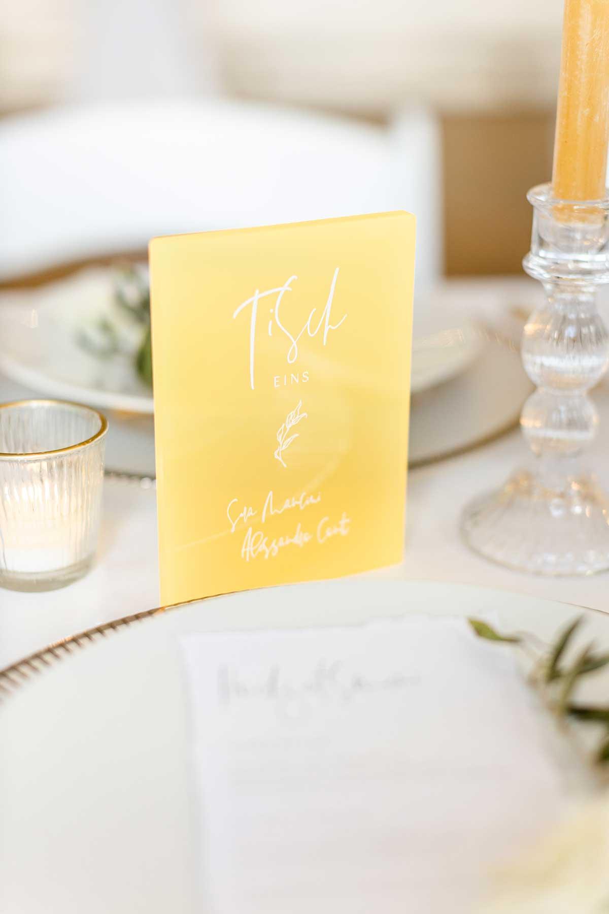 in Acryl gravierte Tischnummer bei der Hochzeit