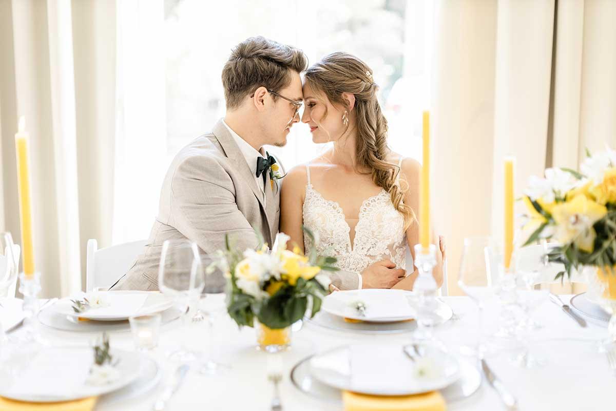 Braut und Bräutigam an ihrem Hochzeitstisch