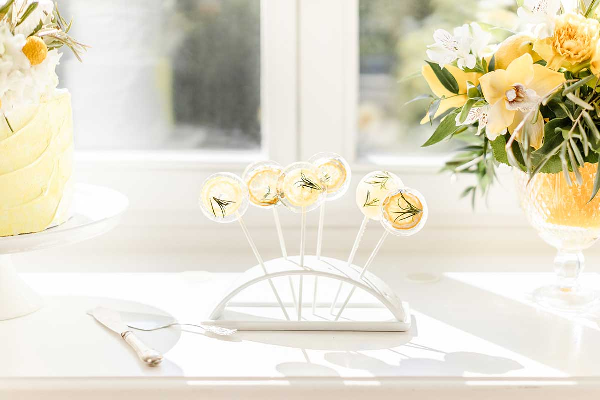 Lollis auf dem Sweet Table in Gelb und Weiß