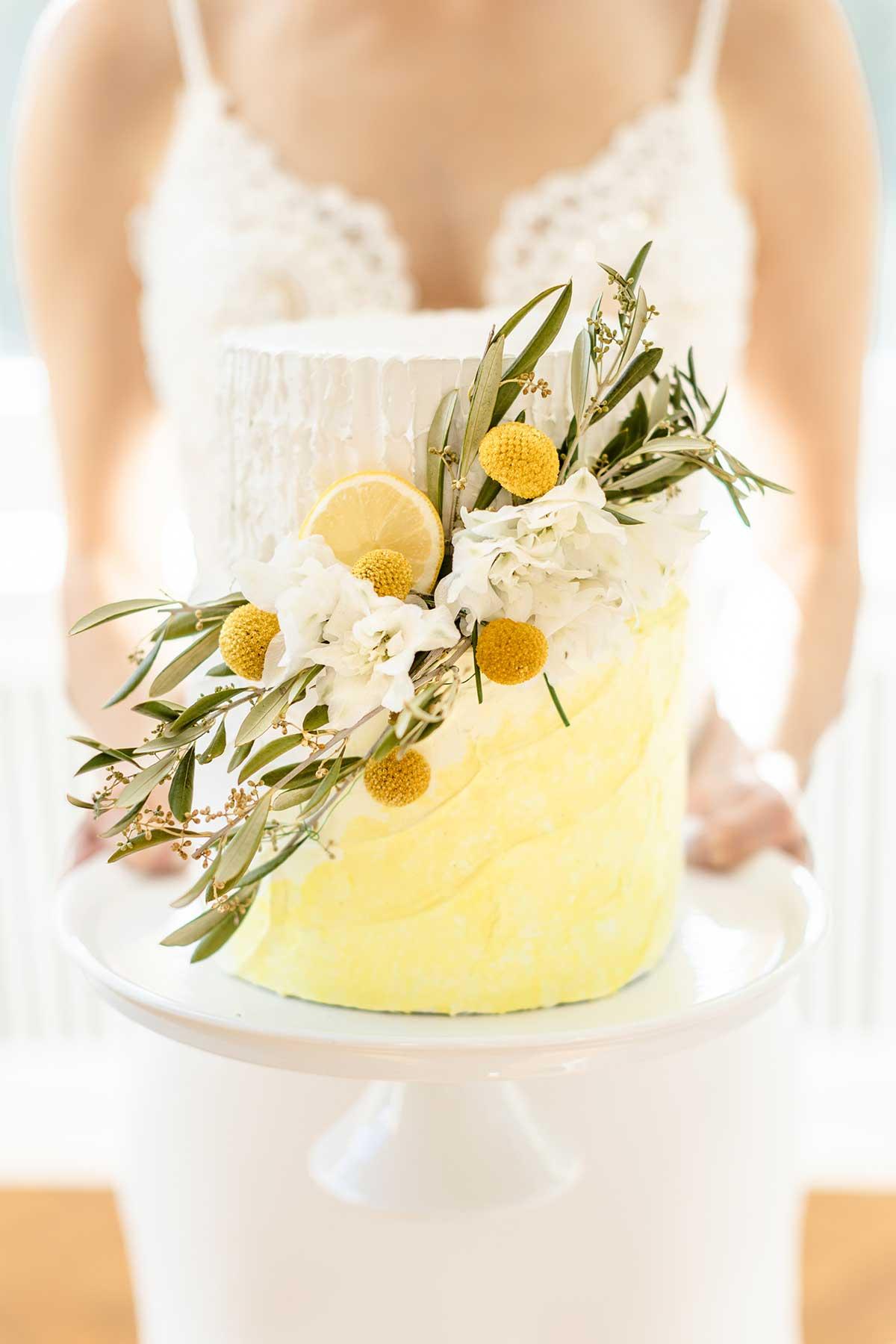Hochzeitstorte in Gelb und Weiß mit Früchten