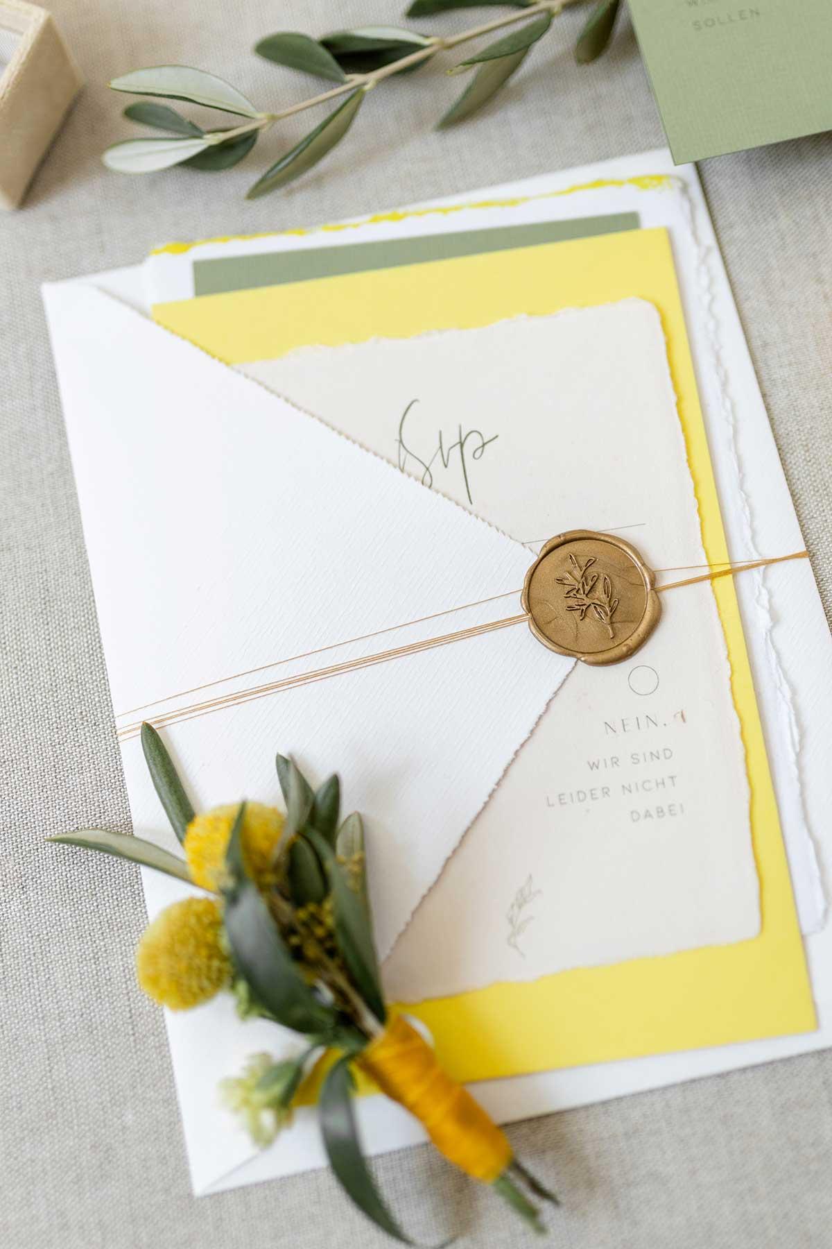 Zusammen gepackte Papeterie zur Hochzeit mit einem Siegel verschlossen