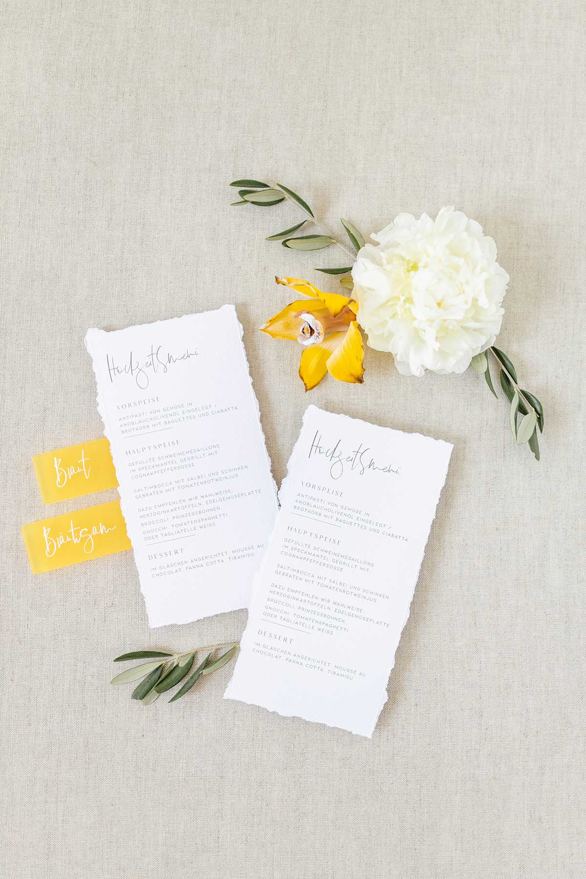 Hochzeitsmenü auf gerissenen Papier gedruckt
