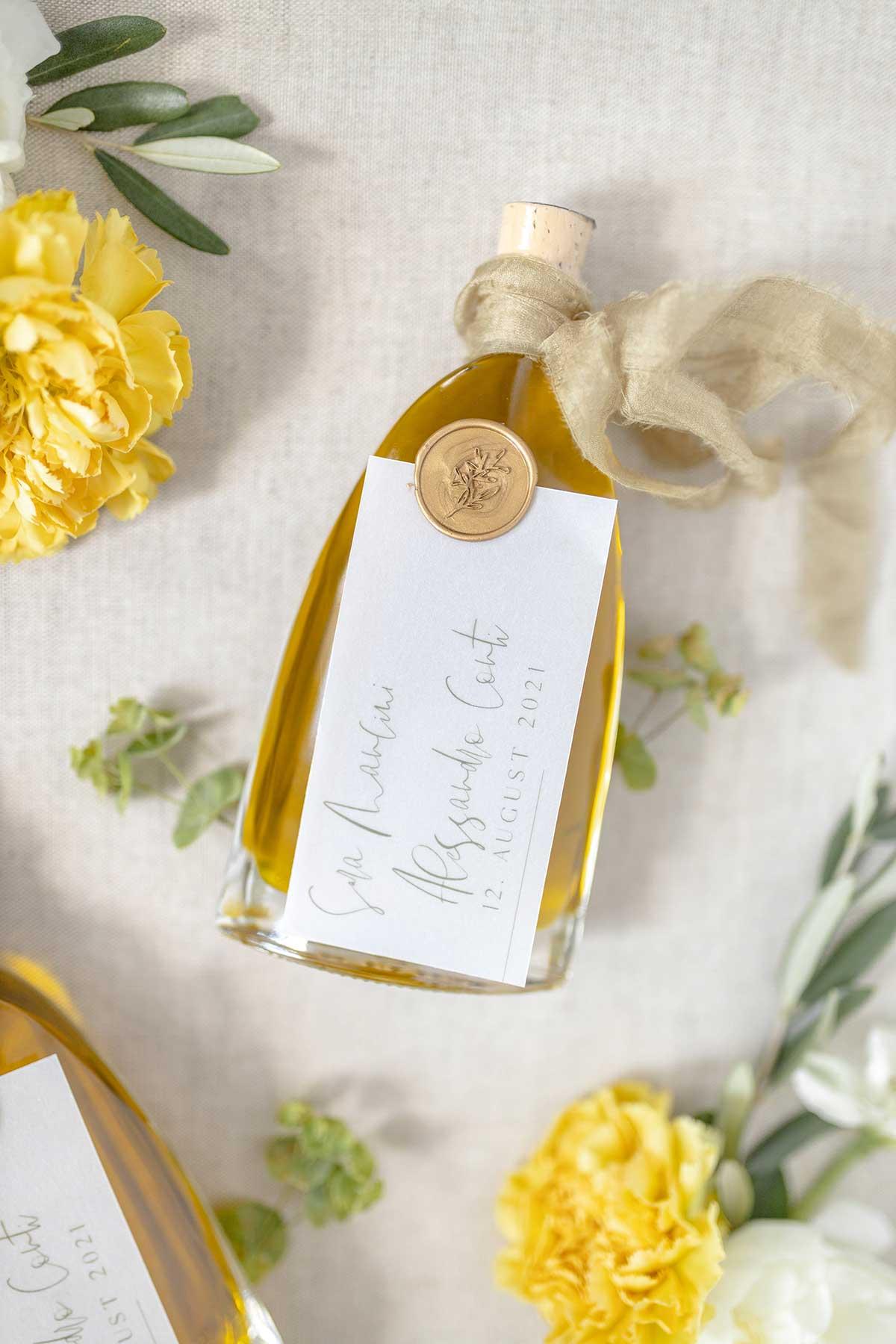 Flasche mit gelben Öl bei der Hochzeit