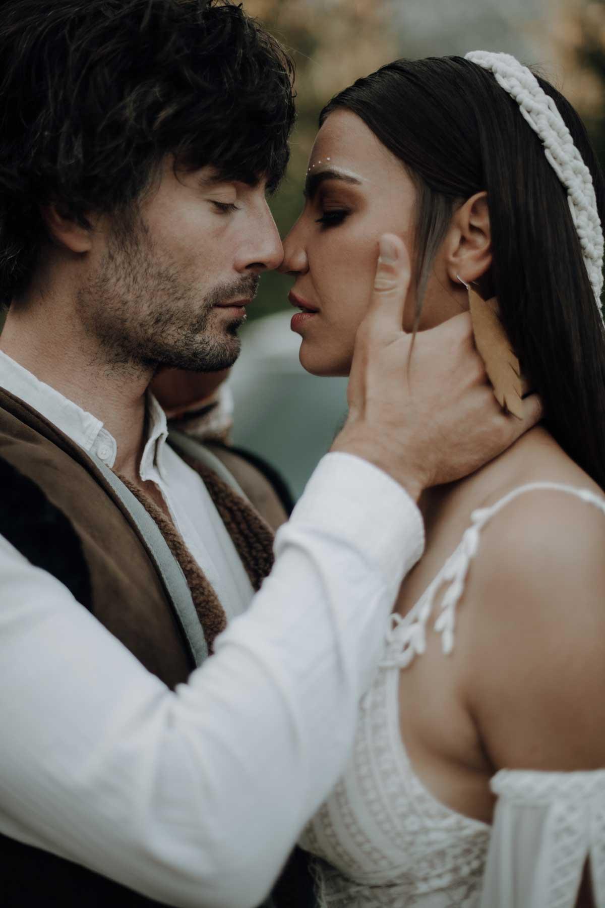 Braut und Bräutigam in einem intimen Moment am Tag der Hochzeit