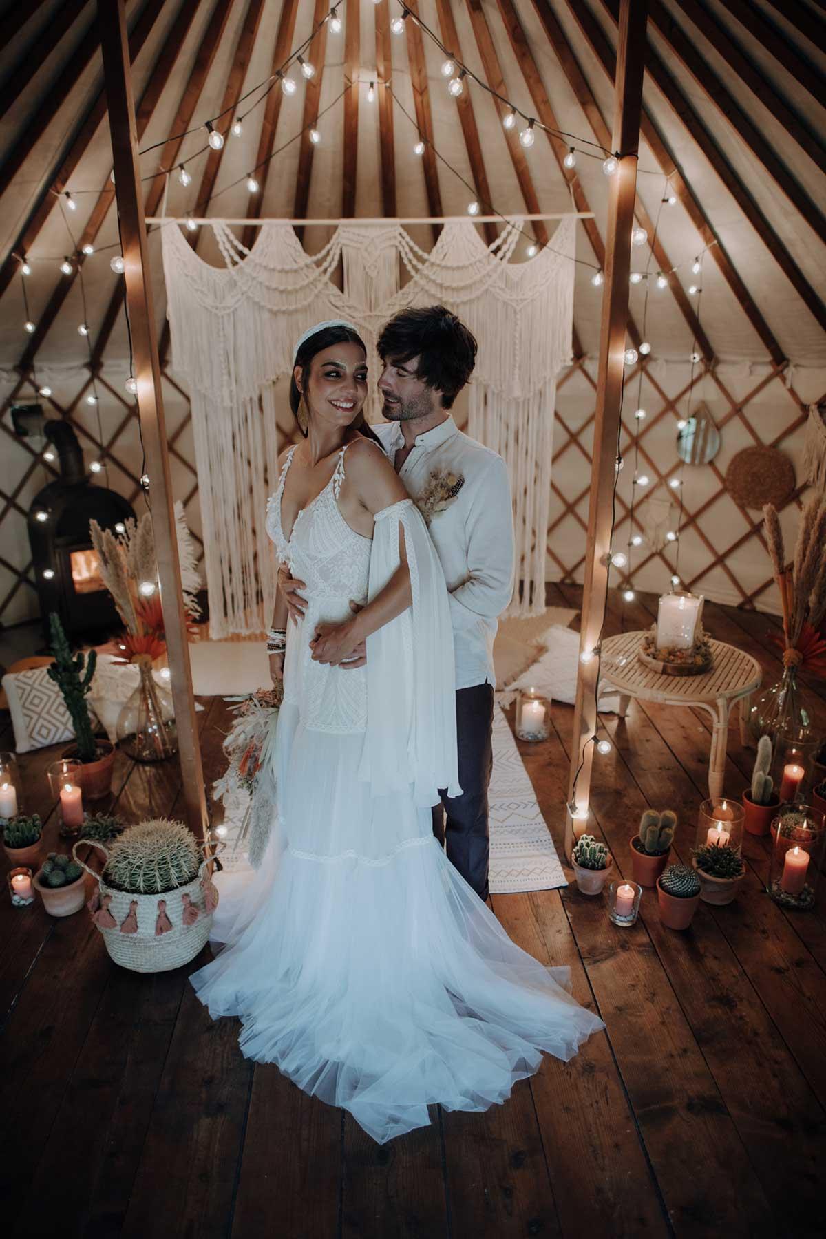 Braut und Bräutigam bei der Ethno-Chic Hochzeit