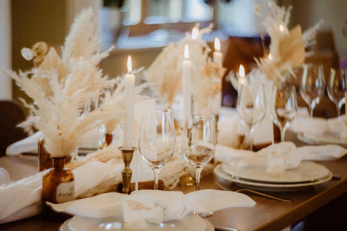 Trockenblumen und Federn als Tischdekoration bei der Herbsthochzeit