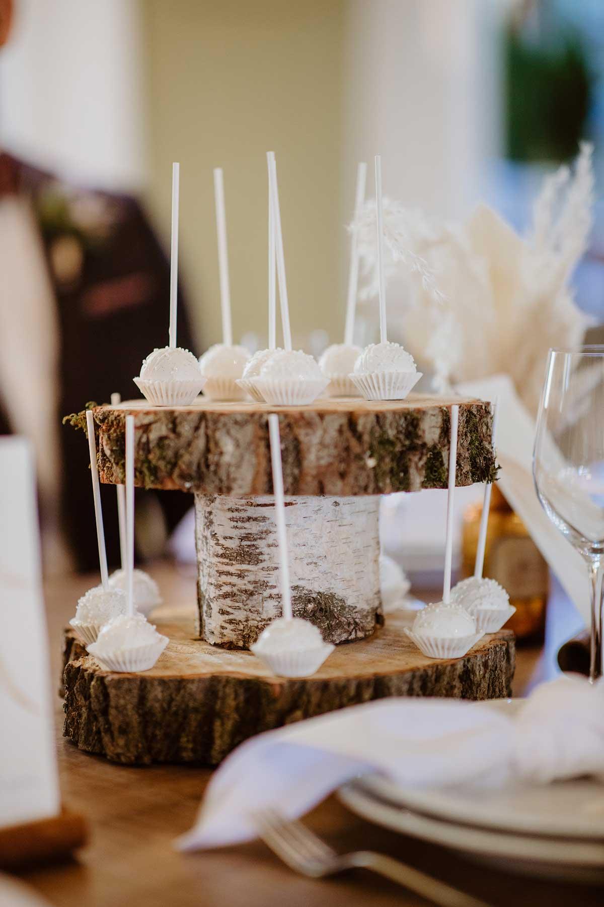 Cakepops auf einer Etagere aus Baumscheiben