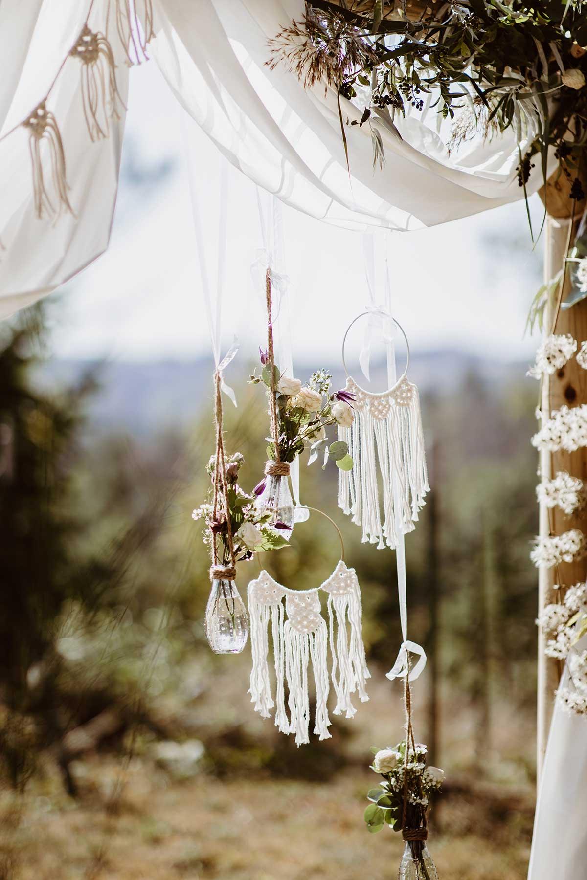 Makramees als Dekoration von dem Traubogen bei der Hochzeit