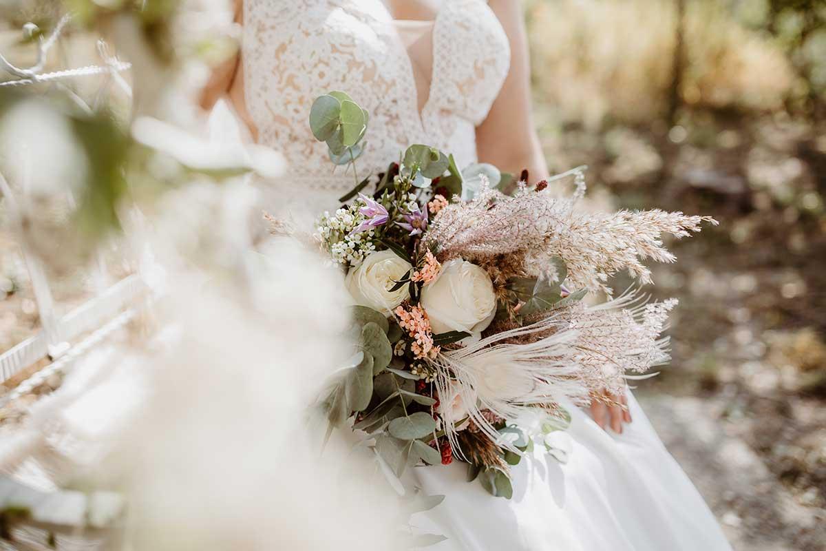 Natürlicher Brautstrauß mit heimischen Blumen