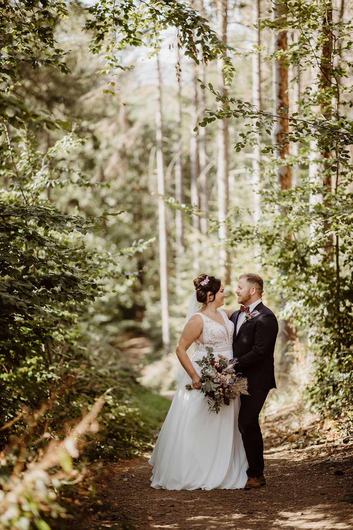 Braut und Bräutigam Fotoshooting im Wald