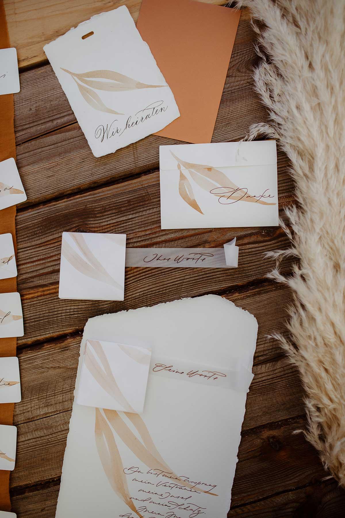 Papeterie für die Hochzeit mit Federn als Motiv