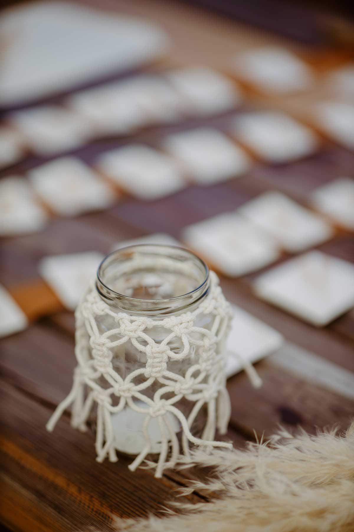 Windlicht bei der Hochzeit mit Makramee dekoriert