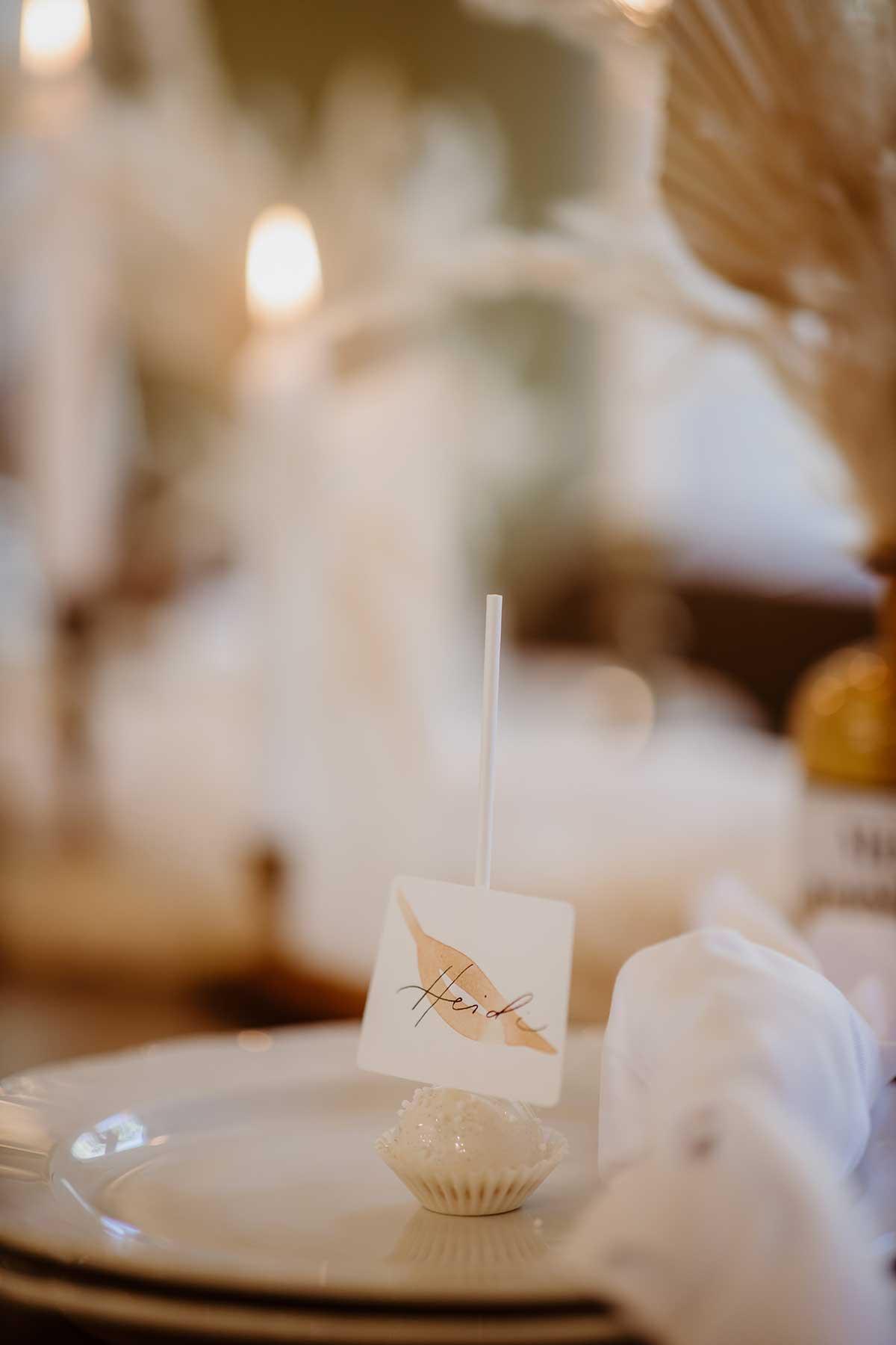 Cakepop mit Namenskarte bei der Tischdeko