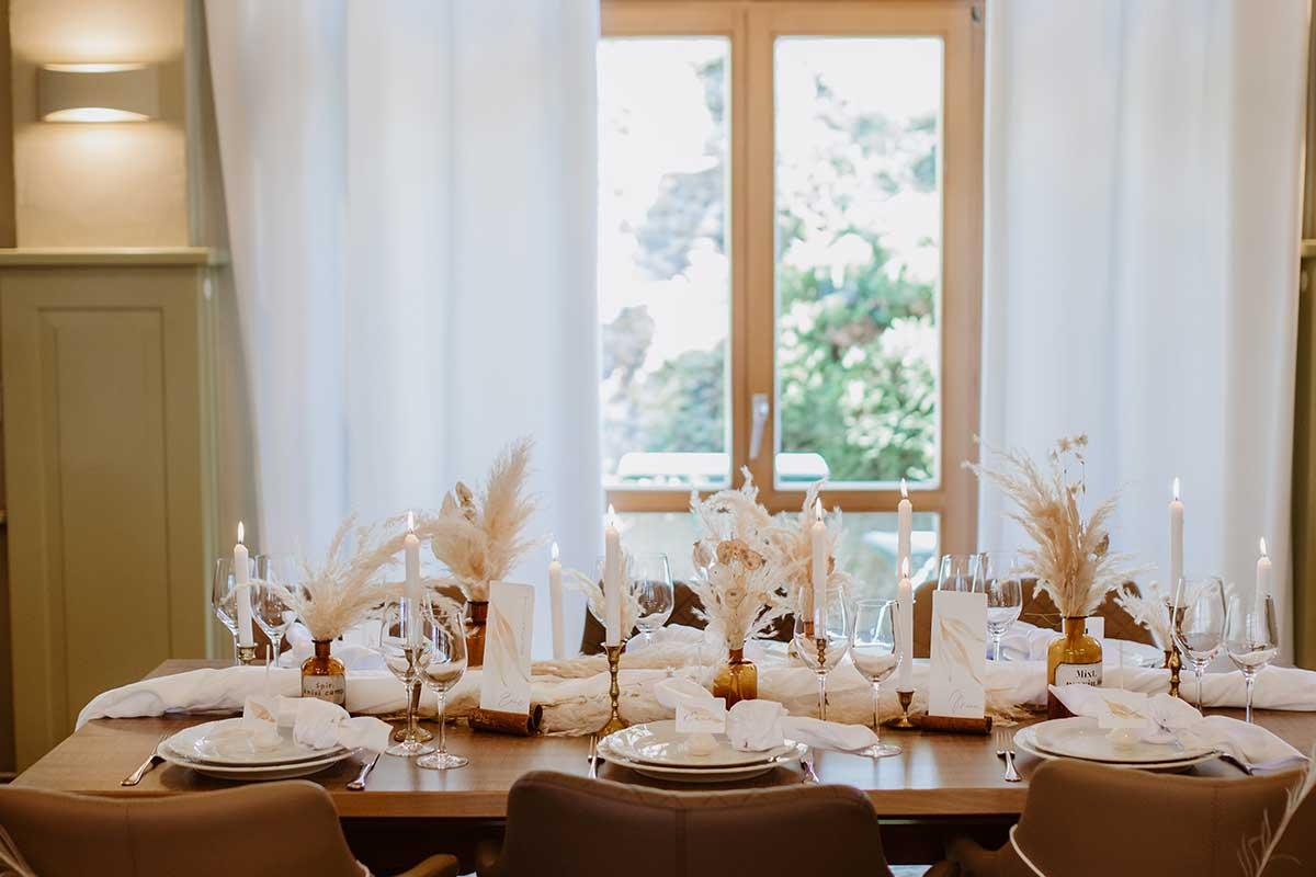 Hochzeitstisch mit Trockenblumen dekoriert