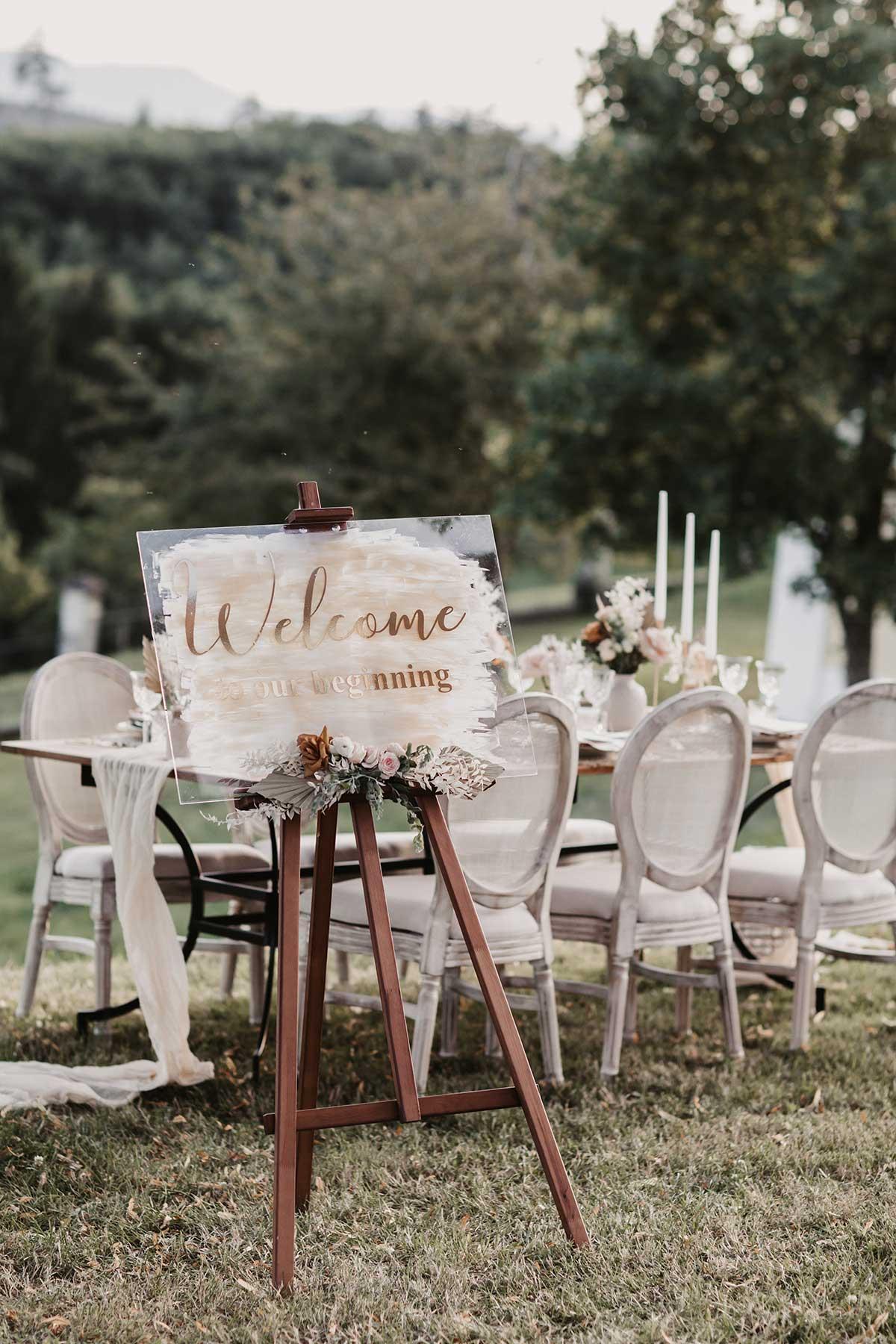 Willkommensschild aus Acryl bei der Hochzeit