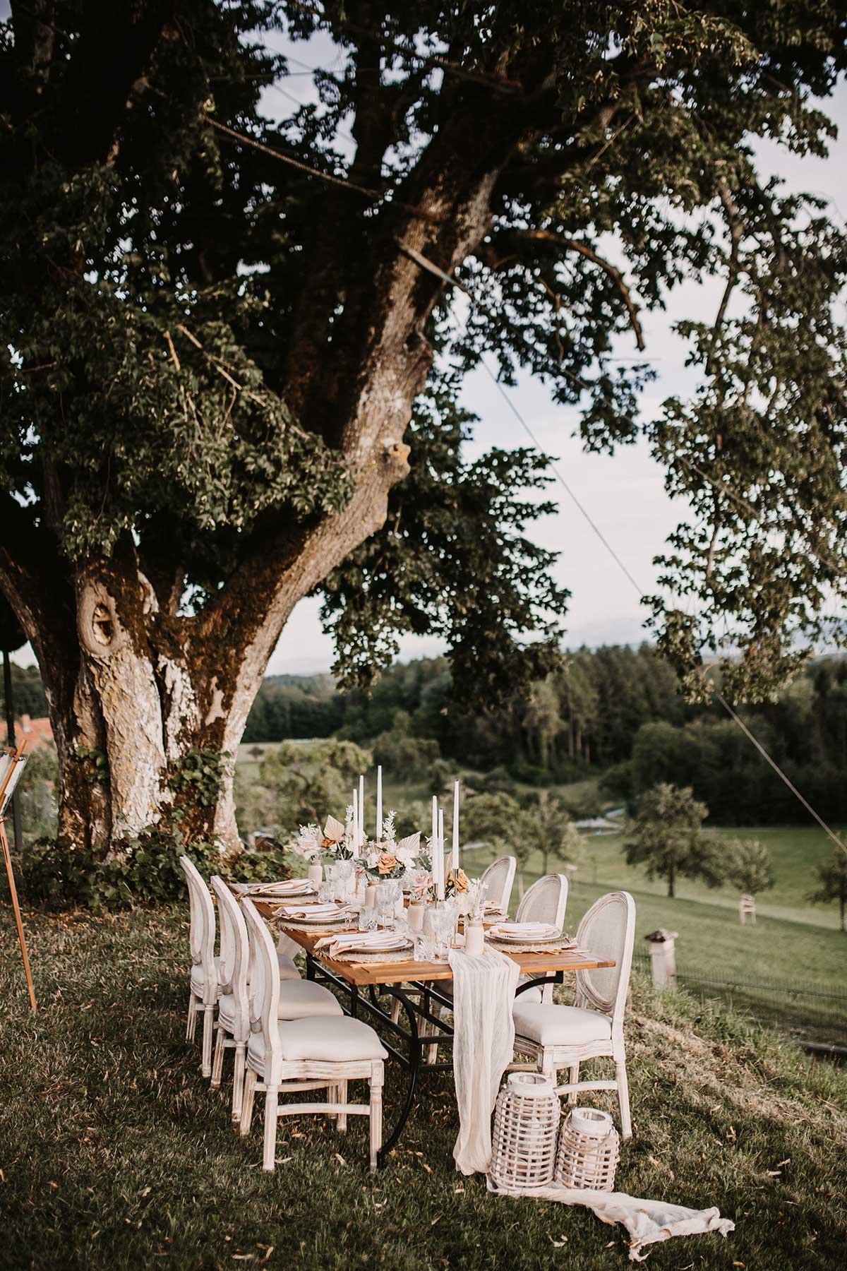 Liebevoll dekorierter Tisch bei einer Hochzeit im Freien