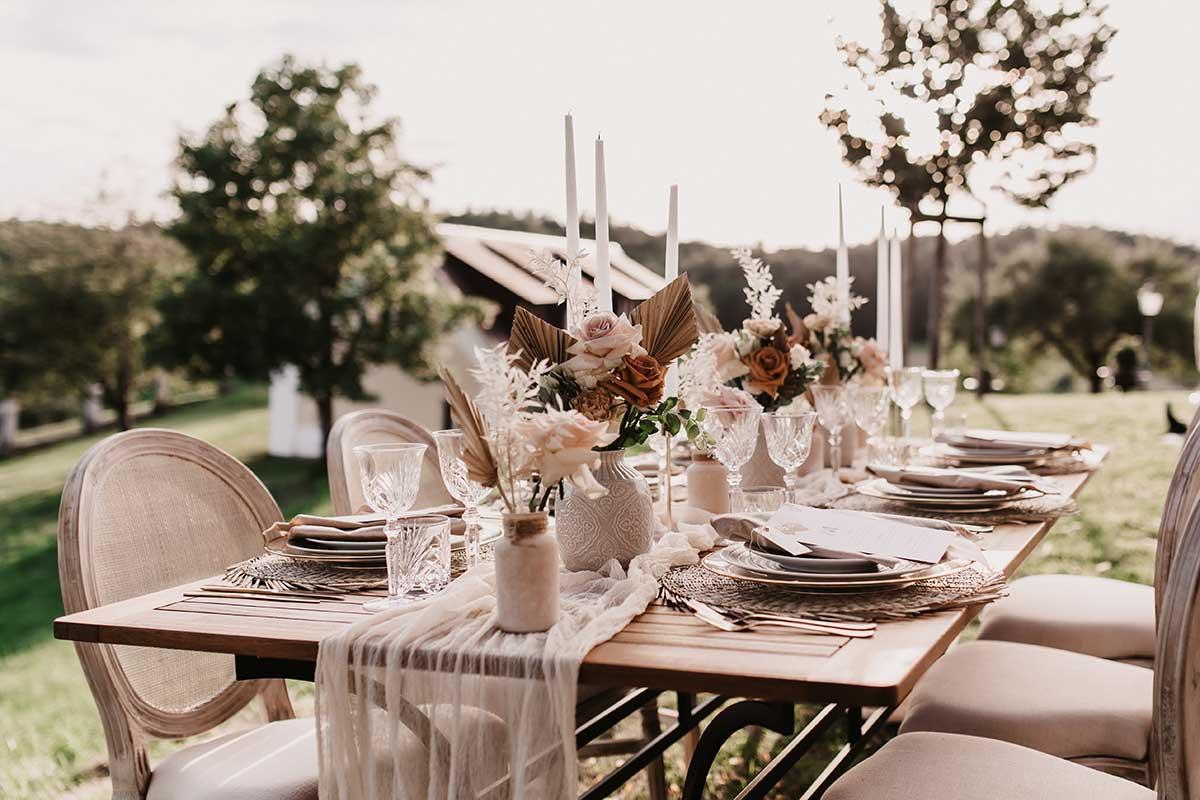 Rustikal elegante Tischdeko bei der Boho-Lux Hochzeit