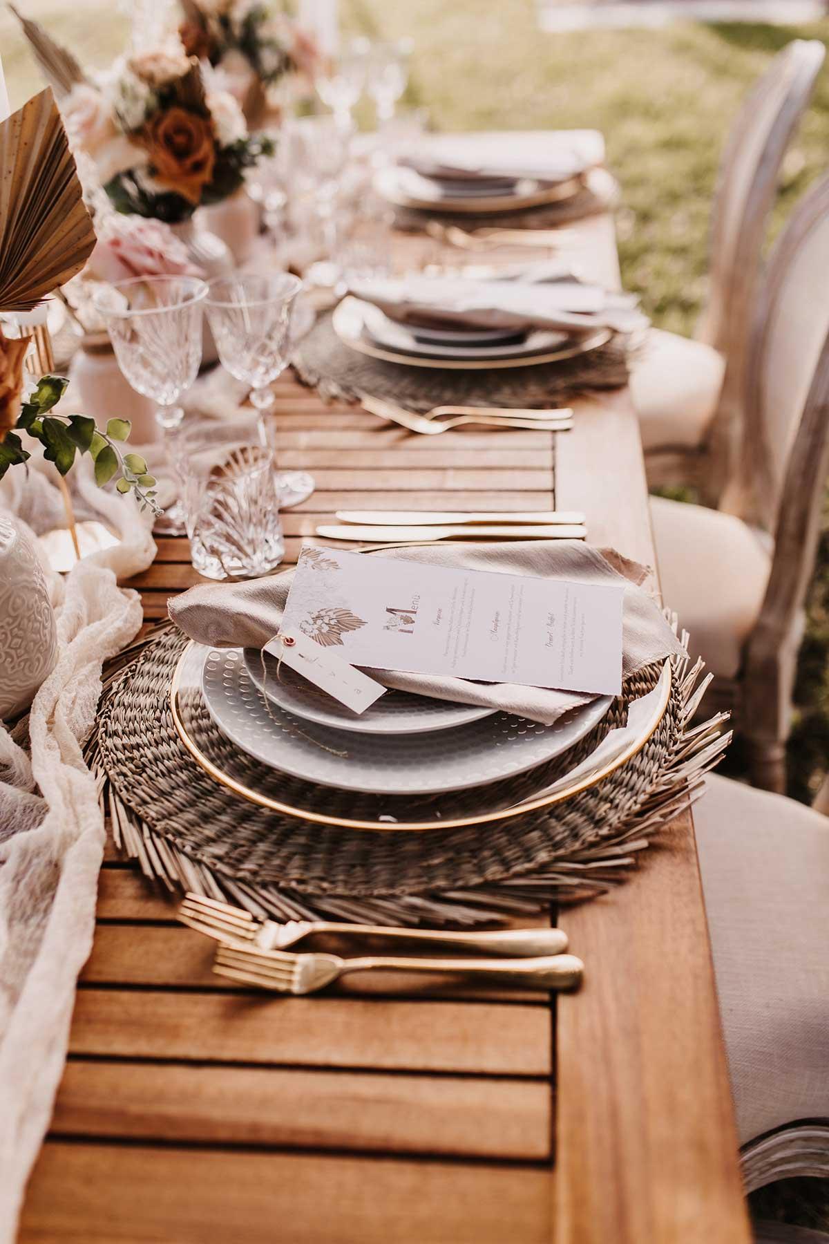 Platzsets auf dem dekorierten Tisch bei der Menükarte auf dem Tisch bei der Boho-Lux Hochzeit