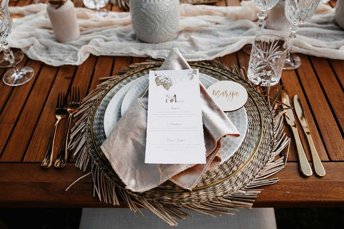 Menükarte auf dem Tisch bei der Boho-Lux Hochzeit