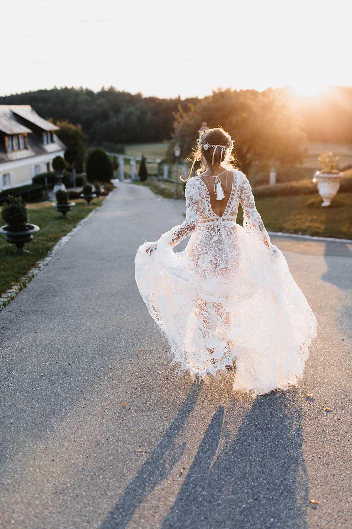 Braut in einem Boho-Lux Brautkleid mit Spitze und Fransen