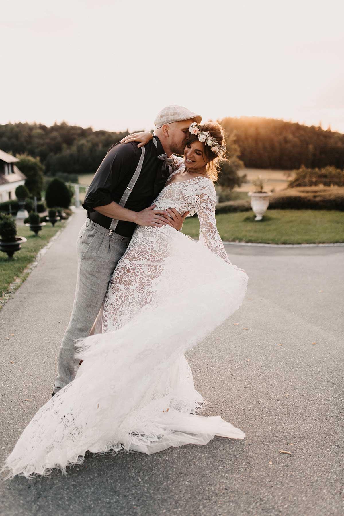Braut und Bräutigam tanzen in den Sonnenuntergang hinein