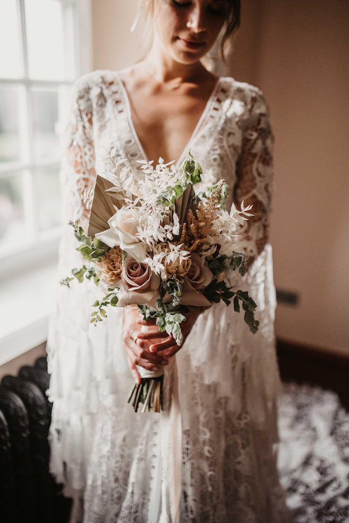 Brautstrauß in zarten Creme -und Brauntönen bei der Boho-Lux Hochzeit