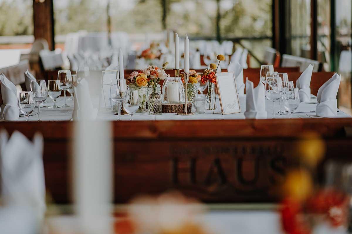 Tischdekoration der Hochzeit zwischen Bergen und Seen
