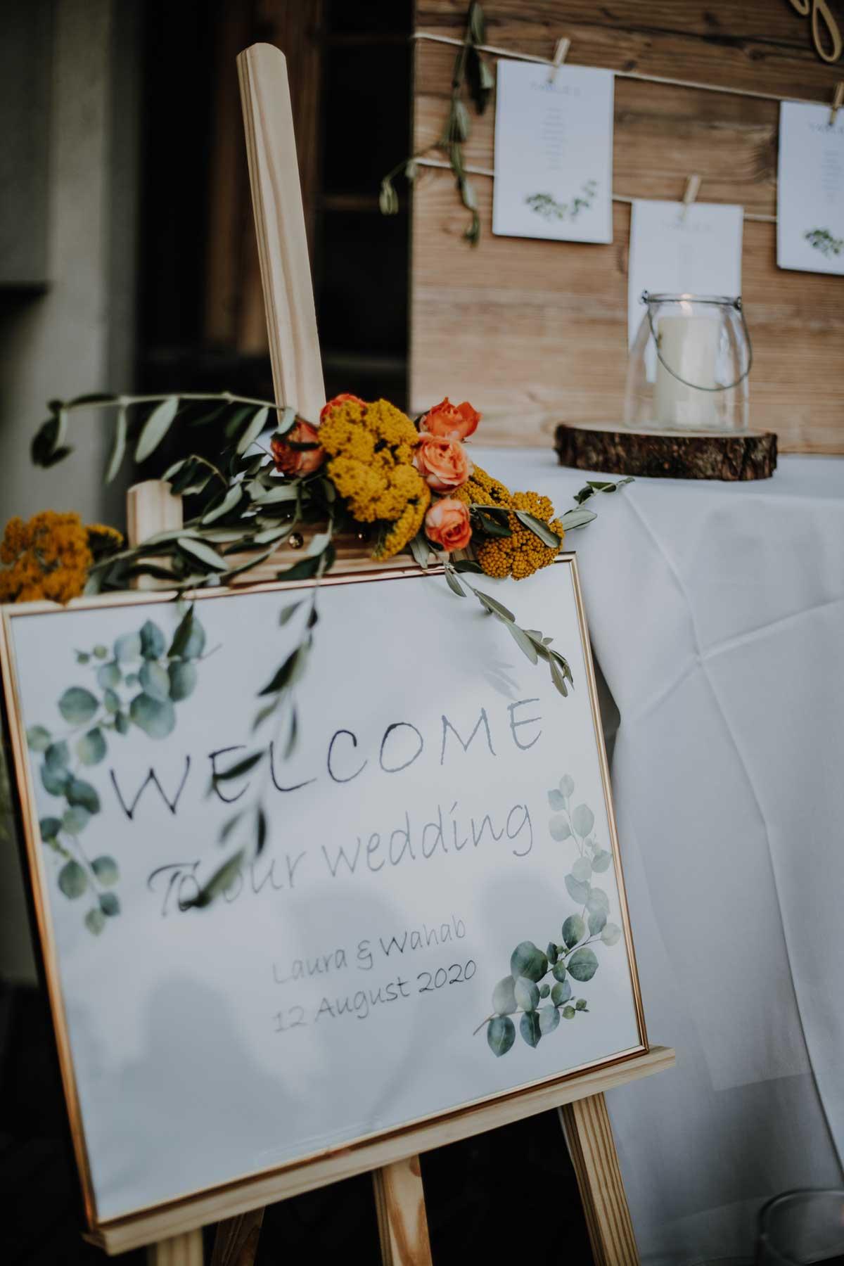 Willkommensschild im goldenen Rahmen bei der Hochzeit
