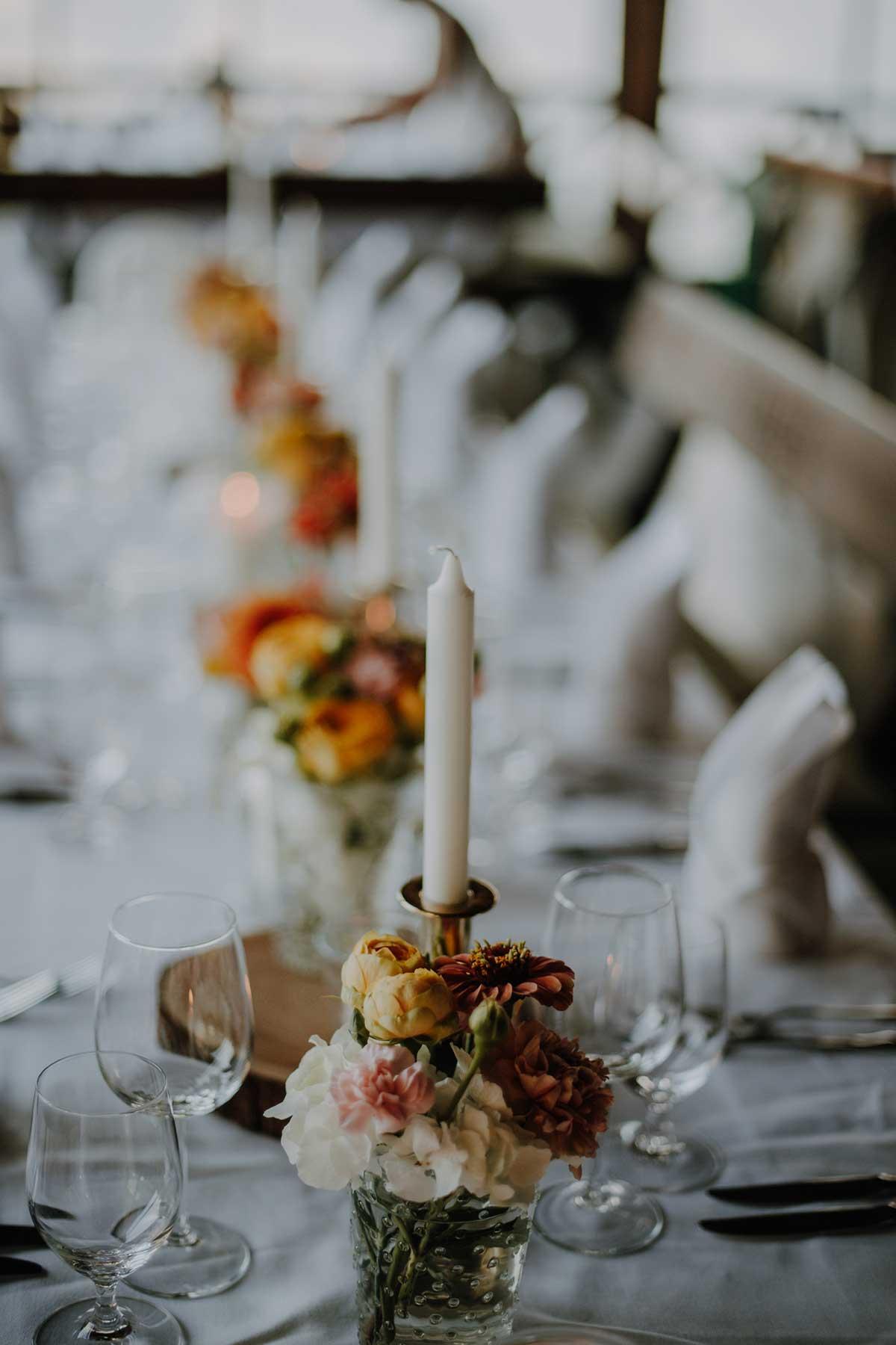 Tischdeko bei der Hochzeit mit Kerzen