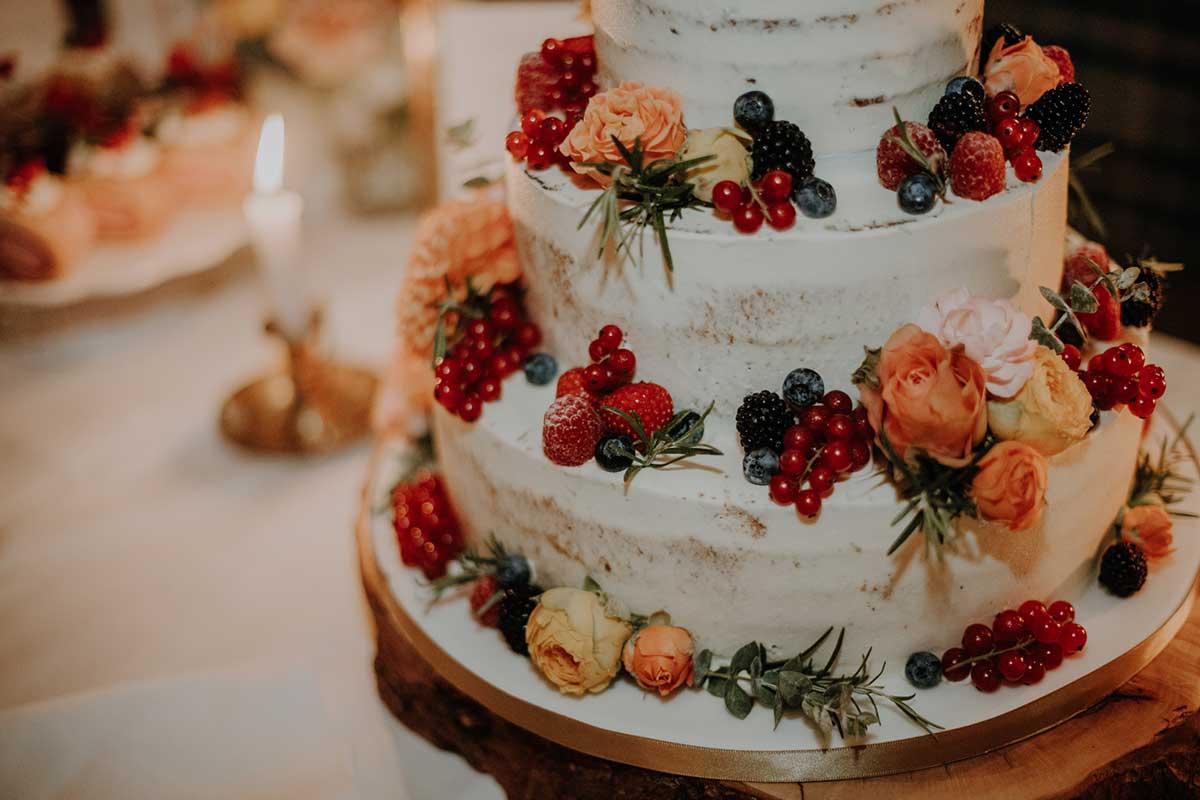 Hochzeitstorte mit frischen Früchten