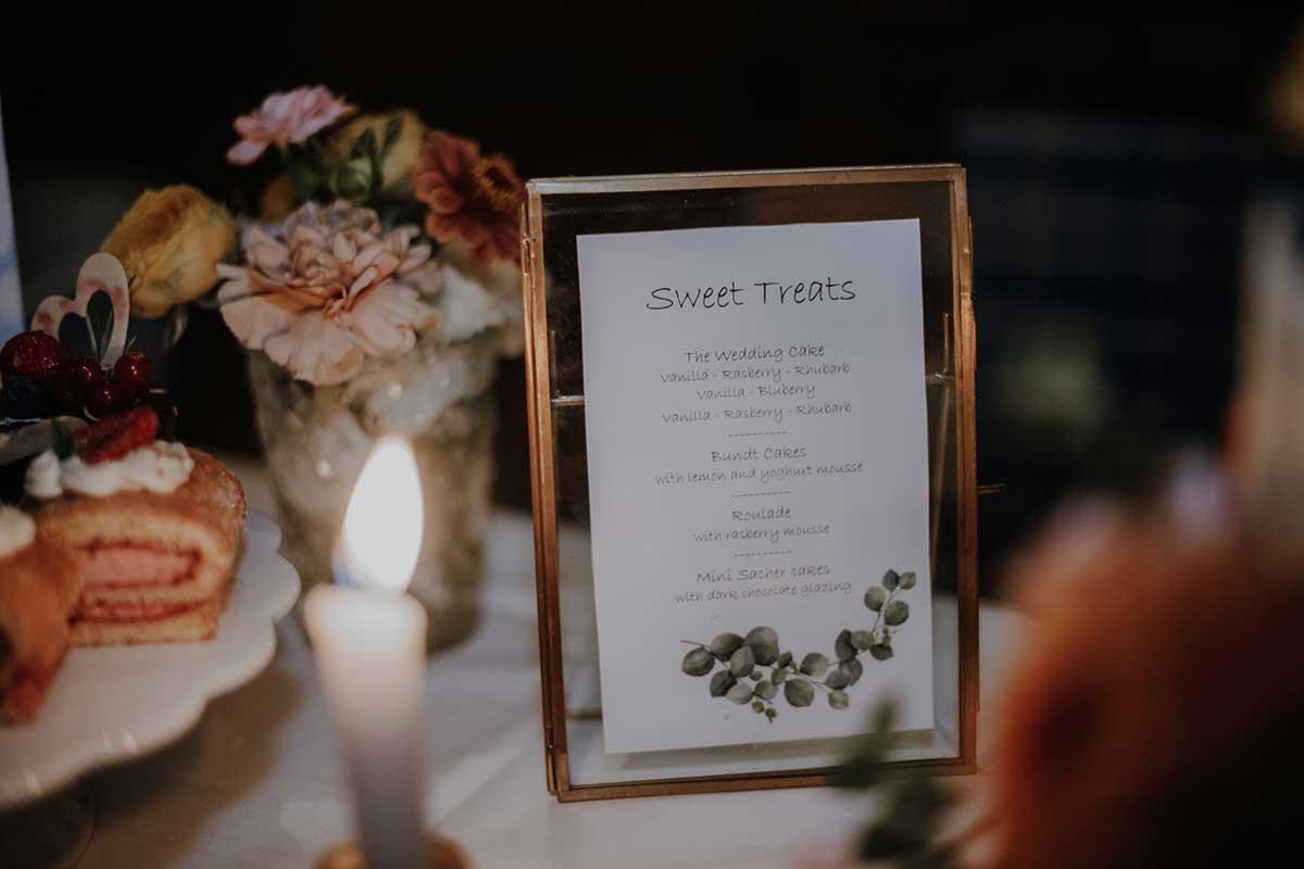 Sweet Treats Schild in einem goldenen Rahmen