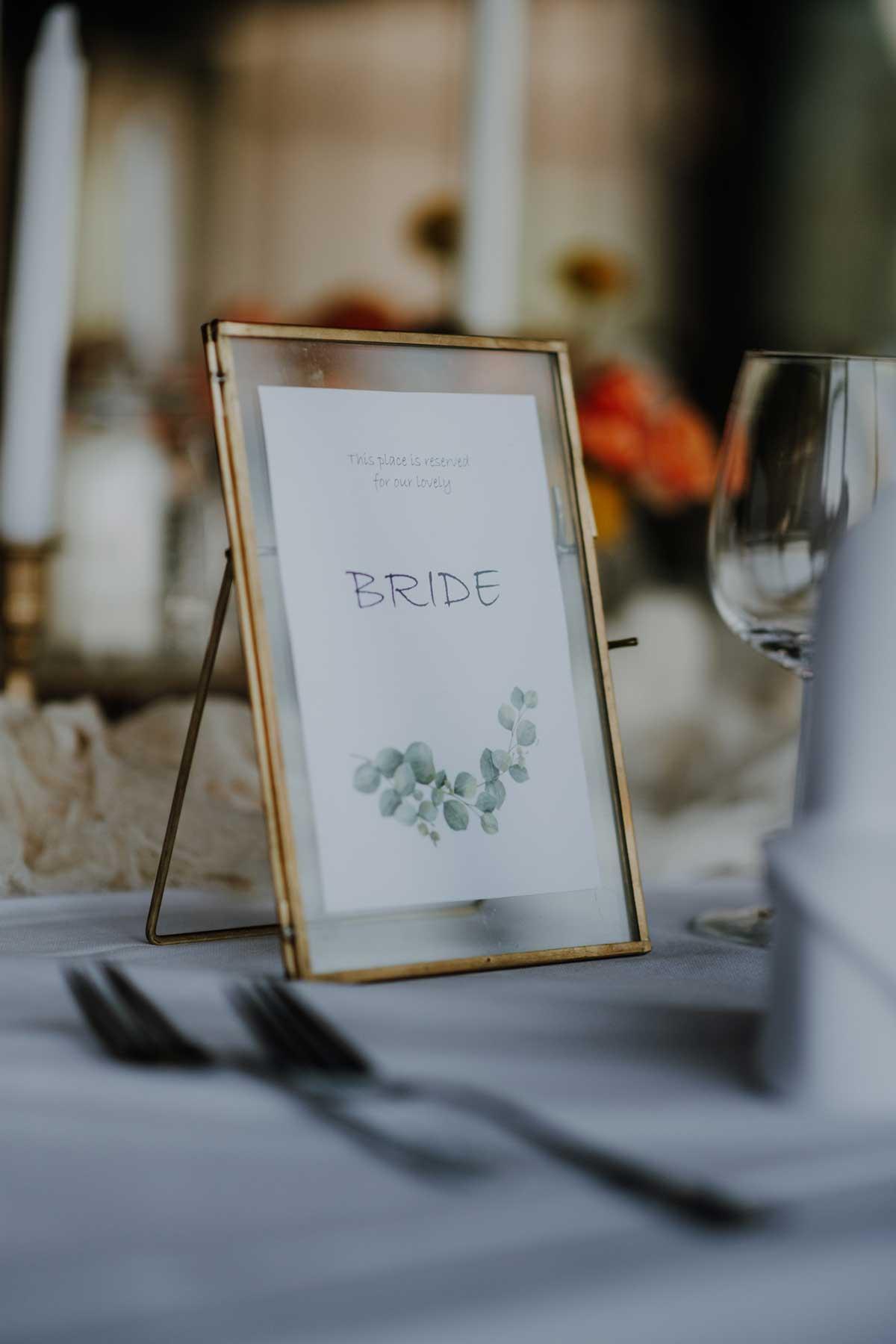 Bride Schild in einem goldenen Rahmen