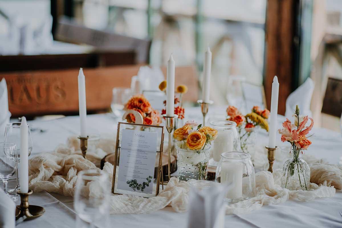 Tischdekoration bei der Hochzeit
