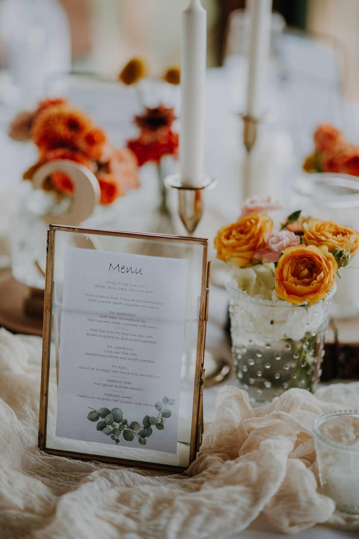Menükarte bei der Hochzeit in einem goldenen Rahmen