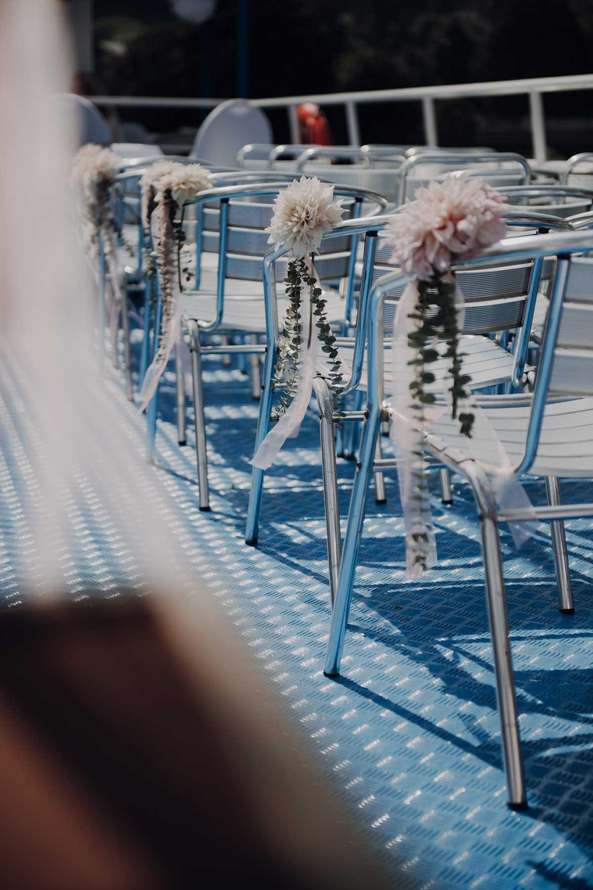 Dekoration der Stühle für die Hochzeit auf dem Schiff