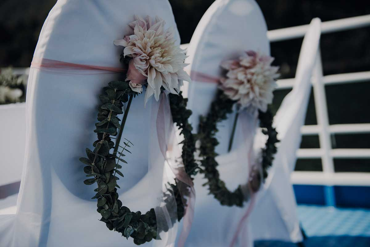 Dekoration der Brautpaarstühle auf dem Schiff