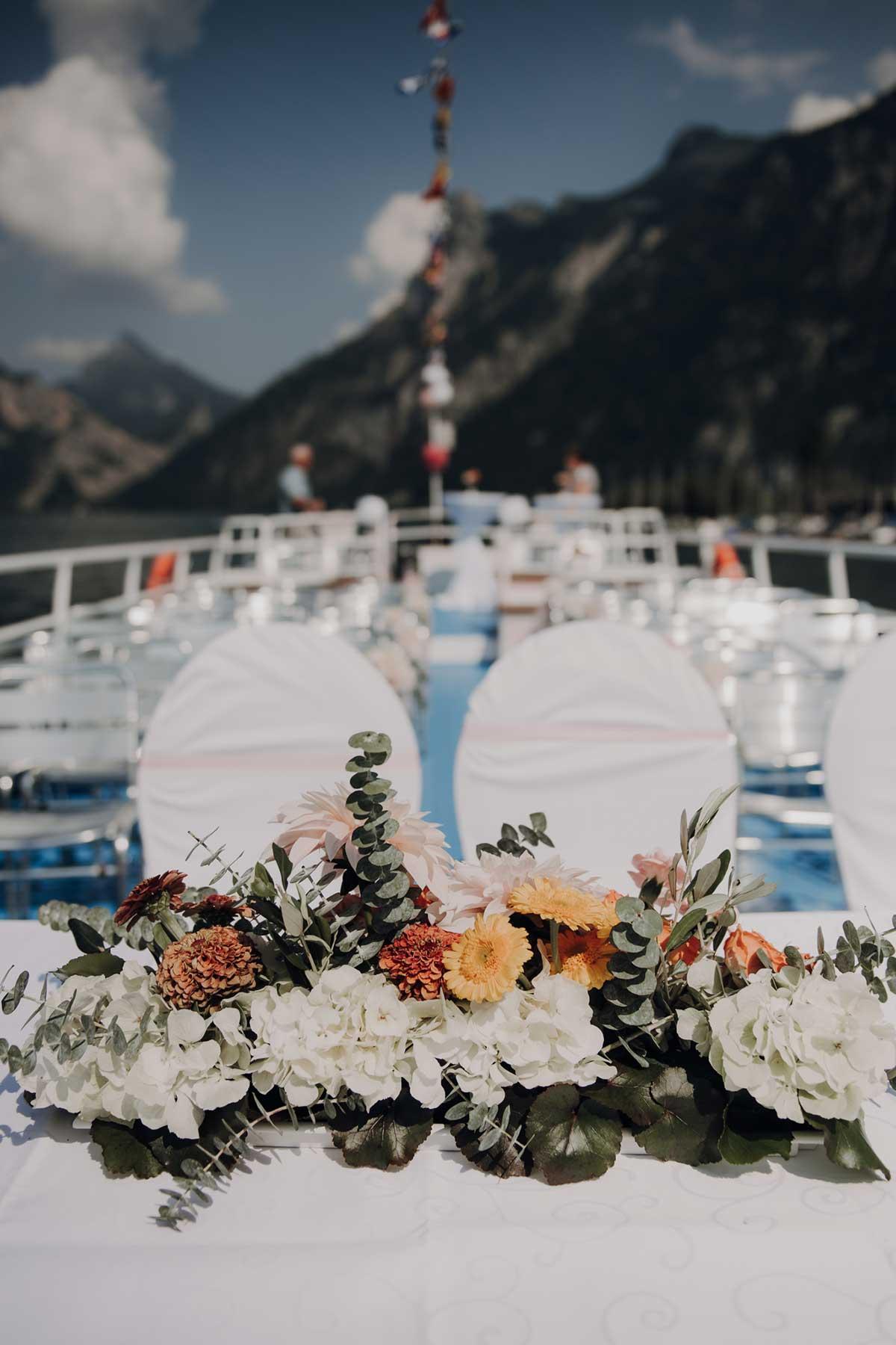 Dekoration der Trauung auf dem Schiff