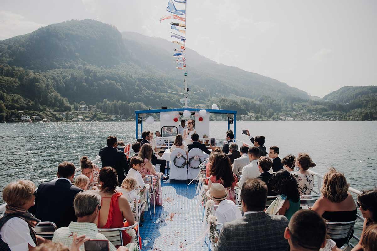 Hochzeitszeremonie auf einem Schiff