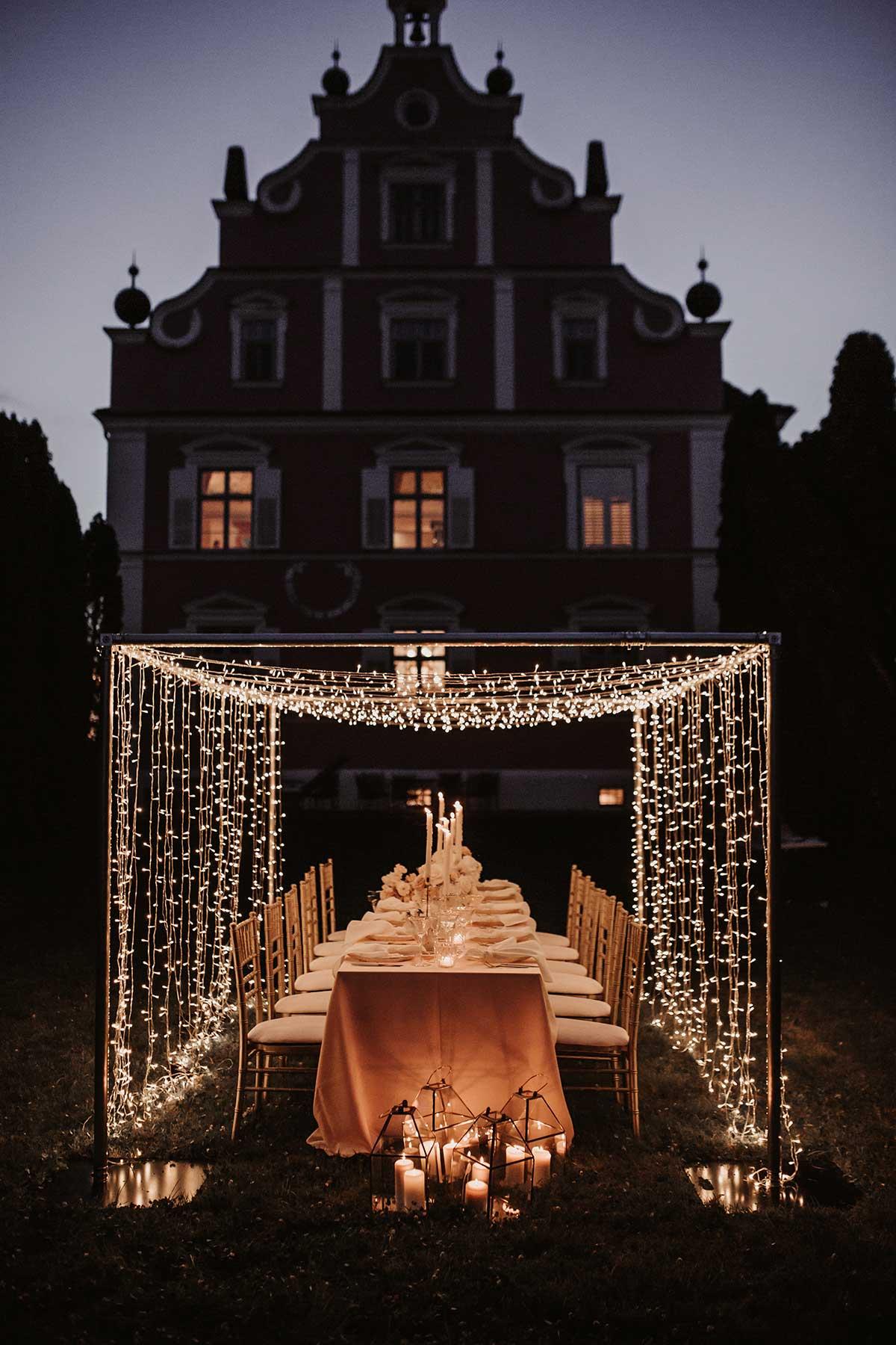 Dekoration der Hochzeitsfeier mit Lichterketten