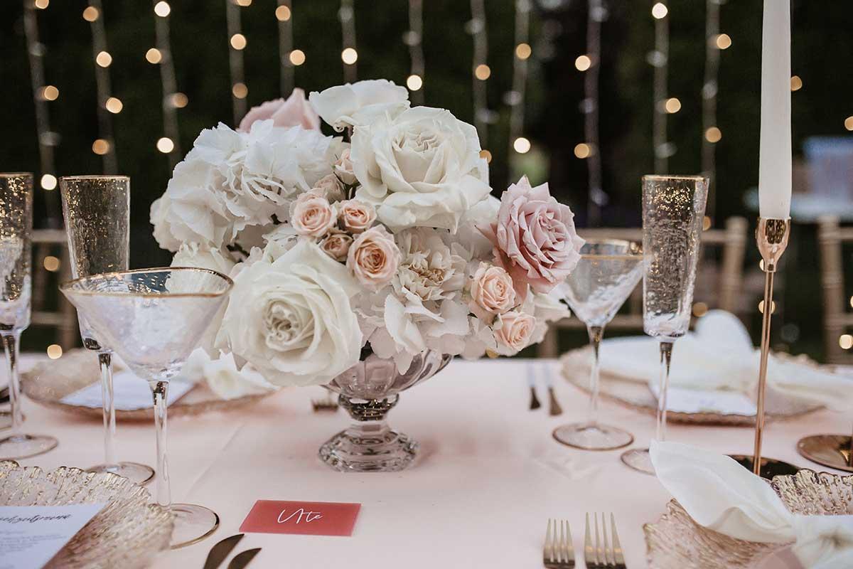 Rosenbouquet für die Tischdeko bei der Hochzeit