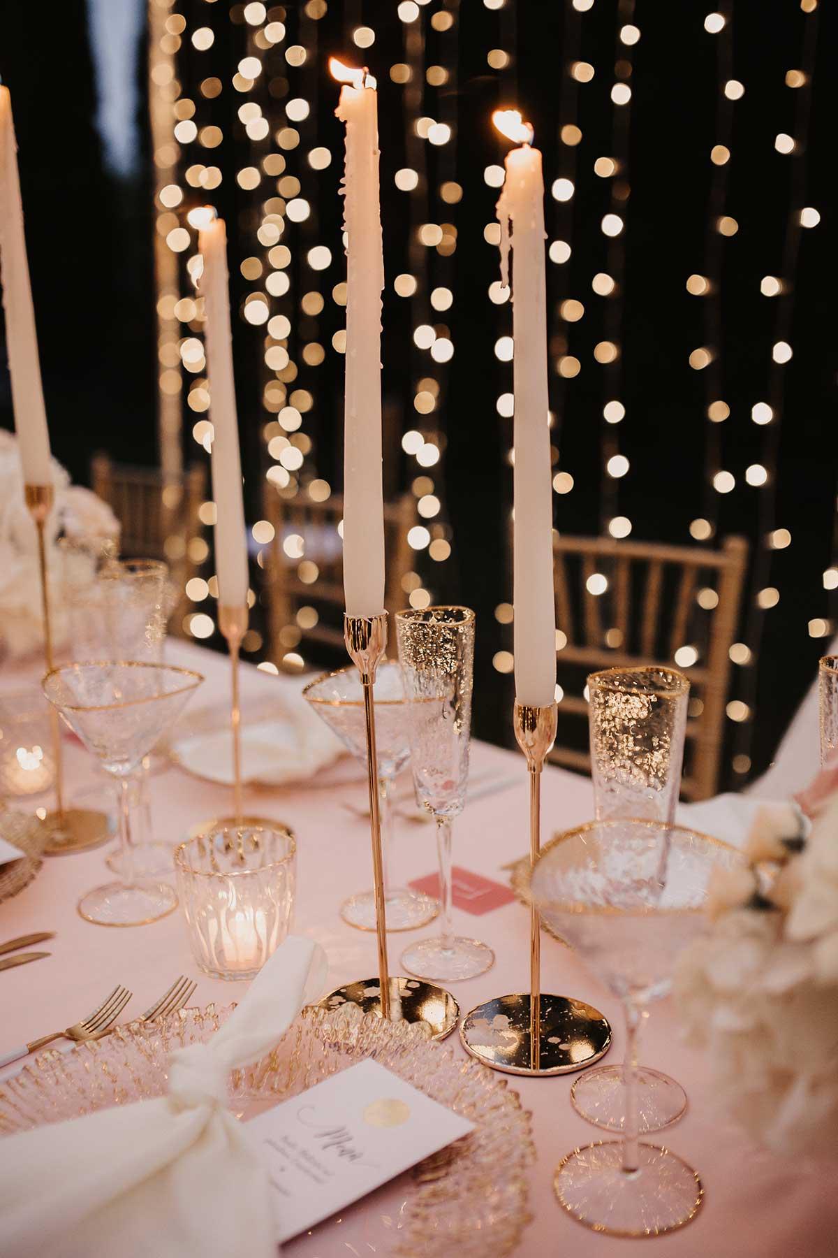 Goldene Kerzenständer für die Tischdeko bei der Hochzeit