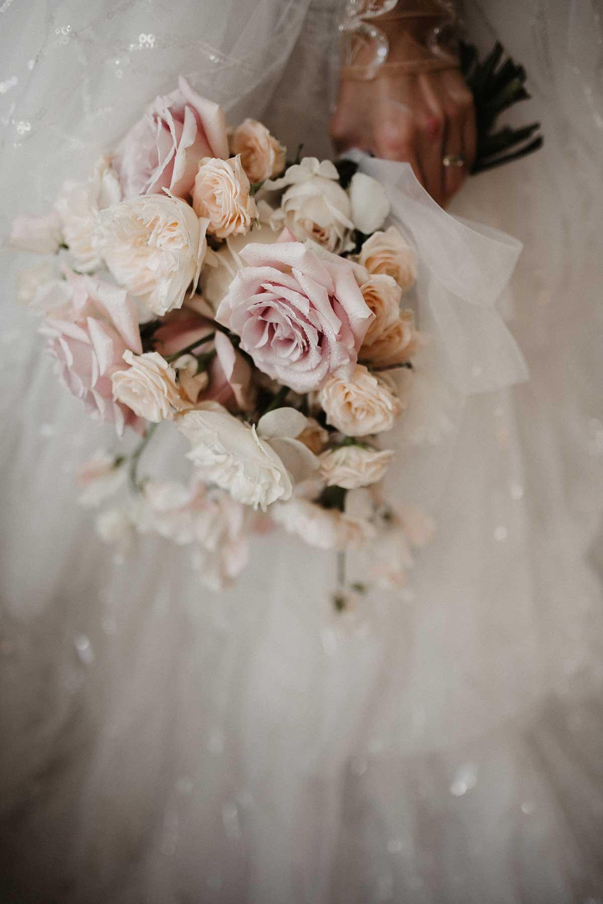 Klassischer Brautstrauß mit Rosen