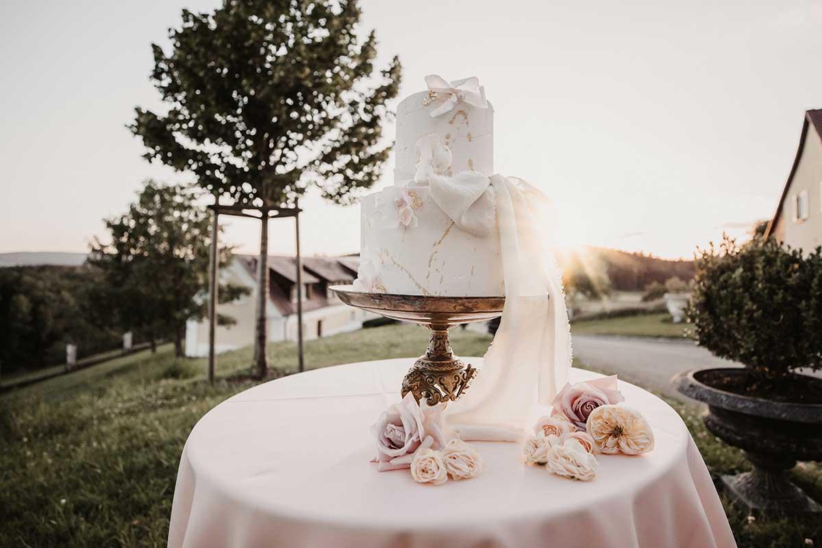 Klassische Hochzeitstorte in Weiß