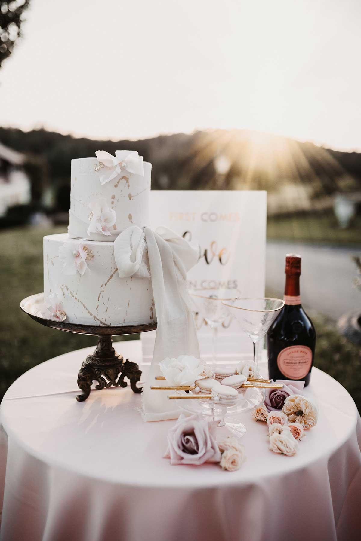 Klassisch / romantische Hochzeitstorte in Weiß