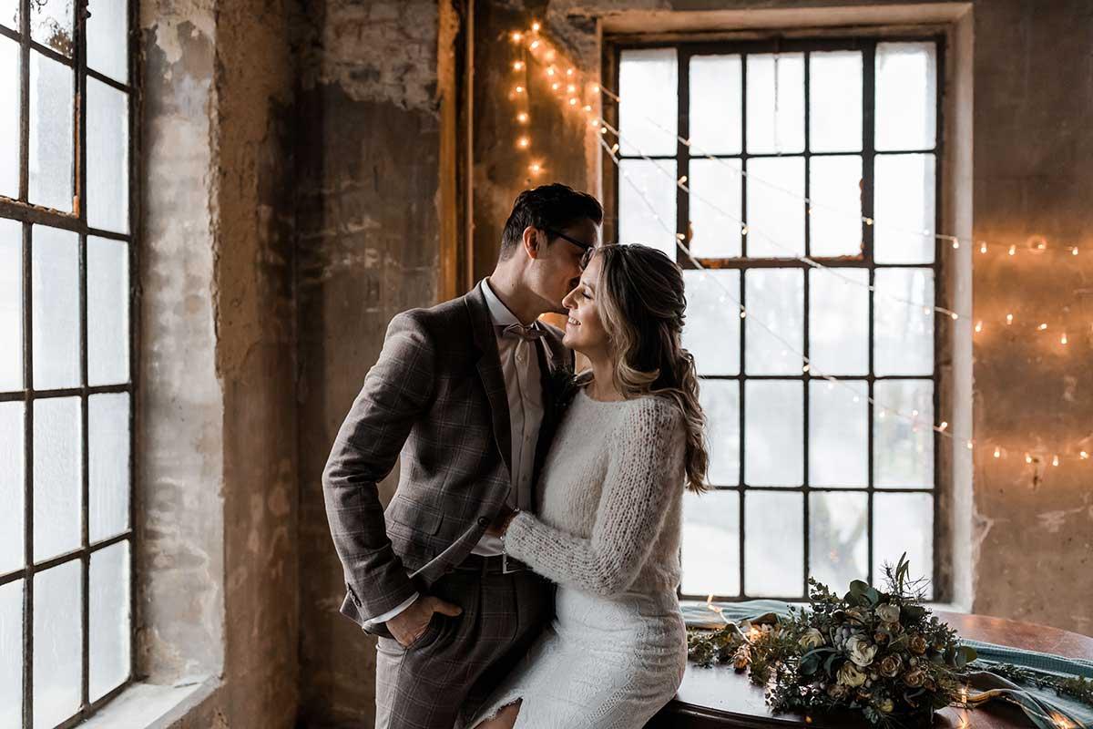 Braut und Bräutigam bei der Winter-Hochzeit