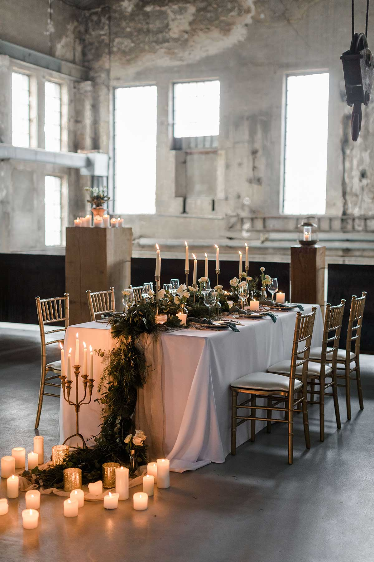 Dekorierter Tisch bei der Winter-Hochzeit